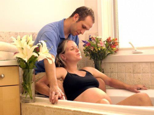 jak může při porodu pomoci partner